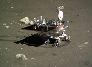Le rover chinois Yutu photographié par l'atterrisseur Chang'e 3 en décembre 2013. Crédits : Chinese Academy of Sciences. Source : http://www.planetary.org/